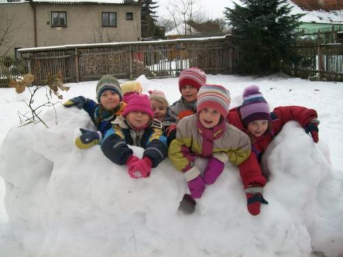 Zimní radovánky - stavba sněhového hradu leden 2010