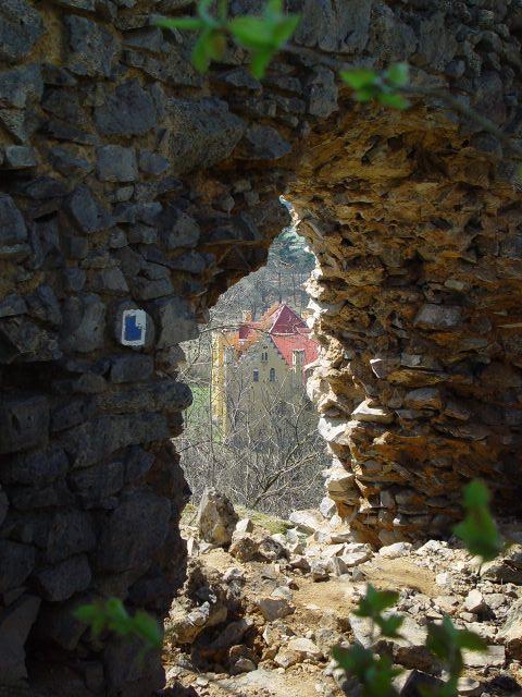 Zámek Nečtiny - pohled zezříceniny hradu Preitenstein