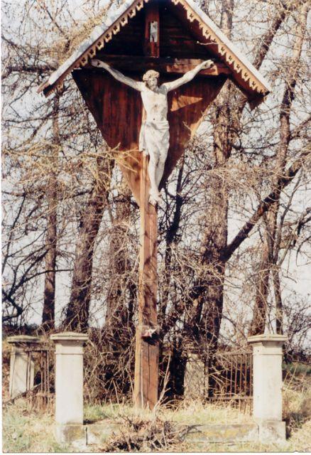 Zelený kříž stojící přicestě zNečtin